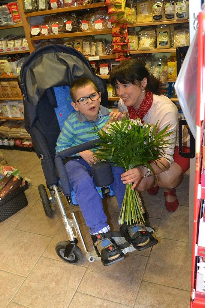 Vojtík s maminkou dostali s darem také kytičku za svůj optimismus a inspiraci pro ostatní